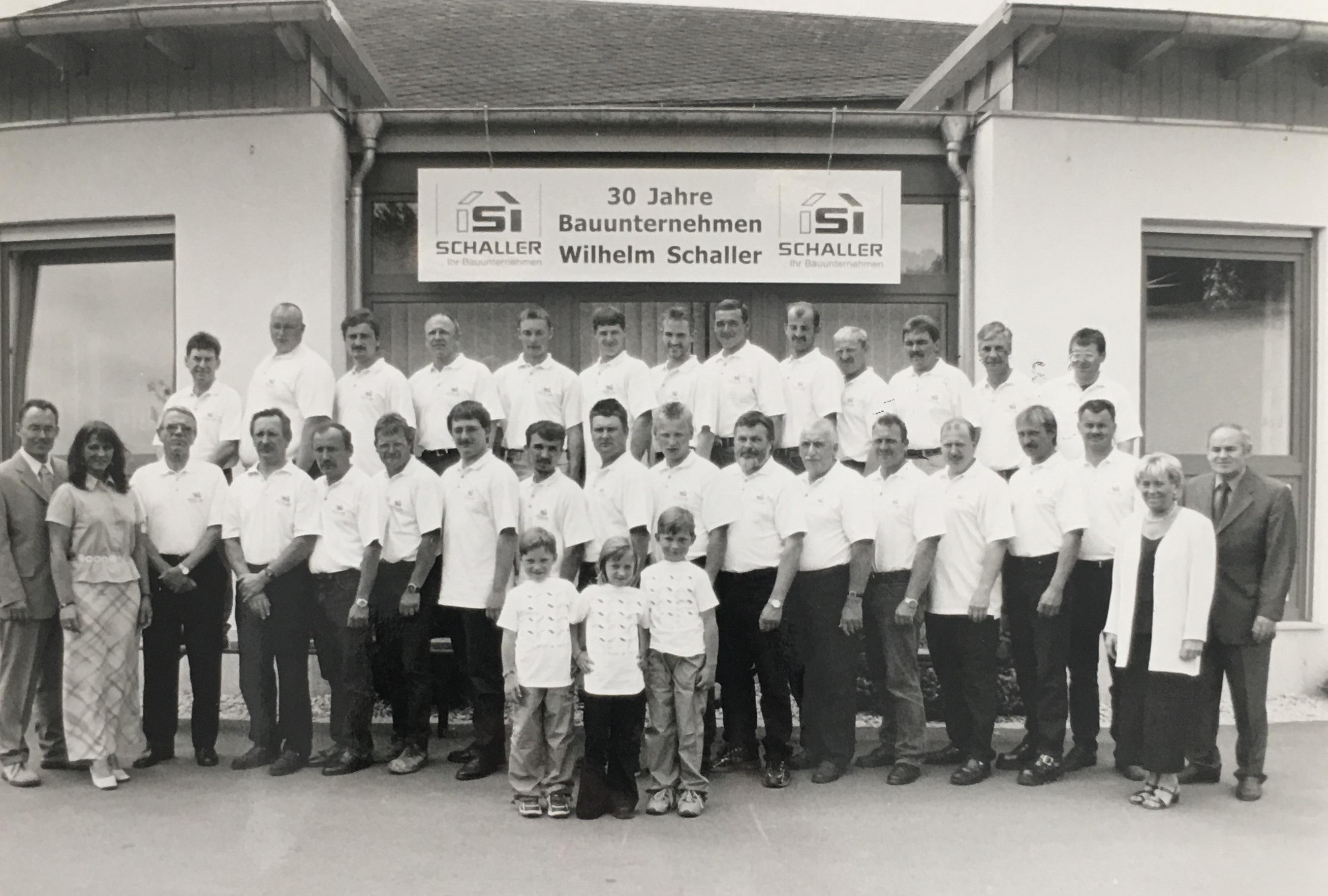 Familie Schaller mit Belegschaft und Enkel